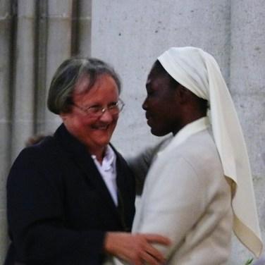 Baiser de paix entre sr Reine-Claude et sr Yvette