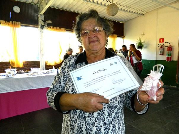 dona Izabel segura certificado do SASF