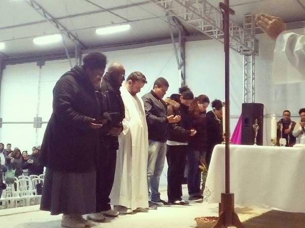 Missionários em frente ao altar recebem oração