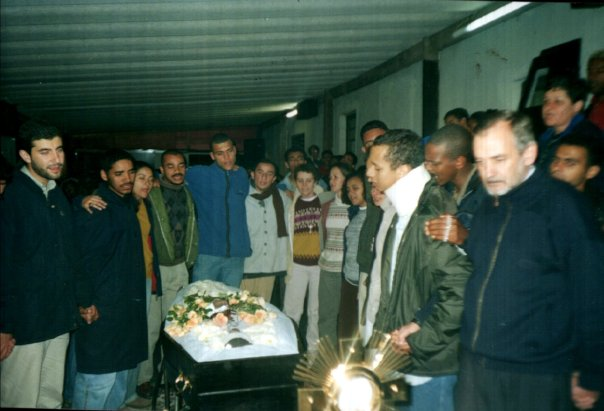 Os missionários ao redor do caixão do Nivaldo