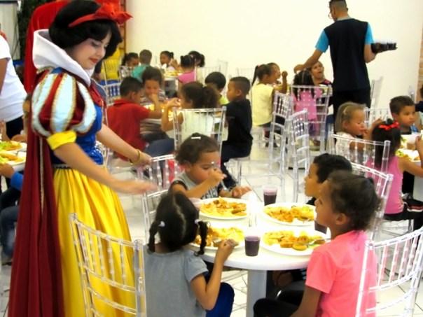 Branca de Neve conversa com as crianças