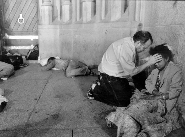 Padre João Henrique na rua ora por morador de rua