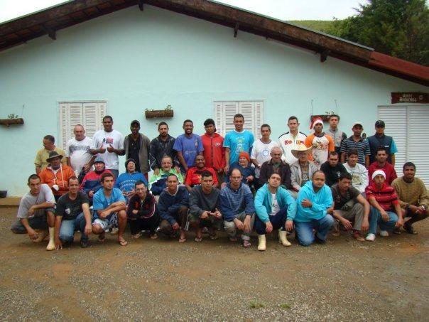 Acolhidos e missionários em frente à casa