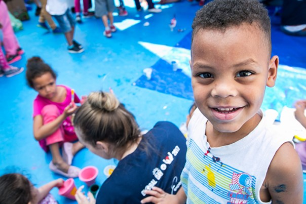 Criança da Creche São Miguel Arcanjo em dia de Ação Social