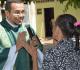 Padre Fernando conversa com idosa de abrigo