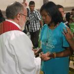 Padre João Henrique ora por jovem na Missão Duc in altum