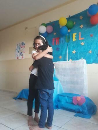 Crianças abraçadas