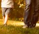 pai caminha com a criança