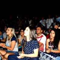 Jovens participam de Luau.