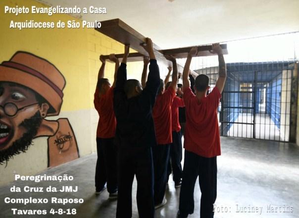 jovens carregam a cruz