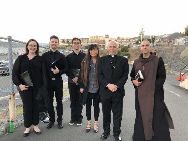 Membros do Instituto Bento XVI em San Quentin