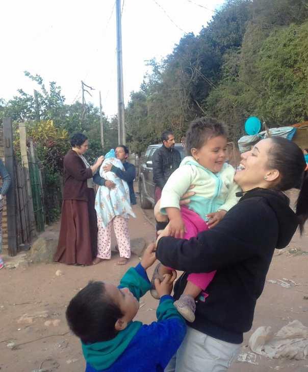 missionária segura criança no colo