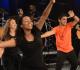 Jovens dançam no palco