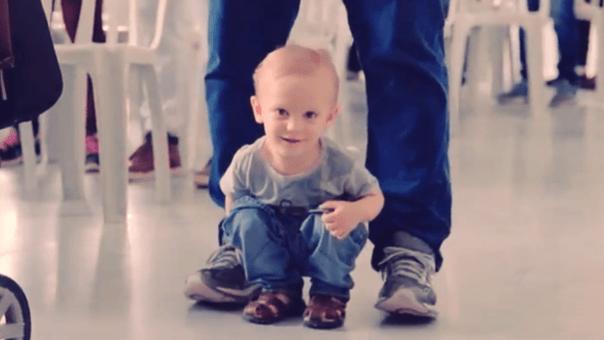 Crianças aos pés do pai