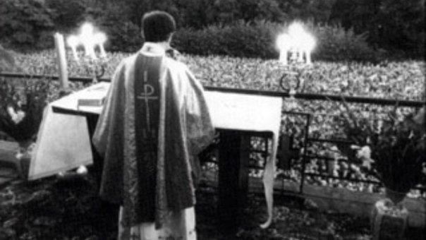 Padre Popeluszko faz homilia para milhares de pessoas