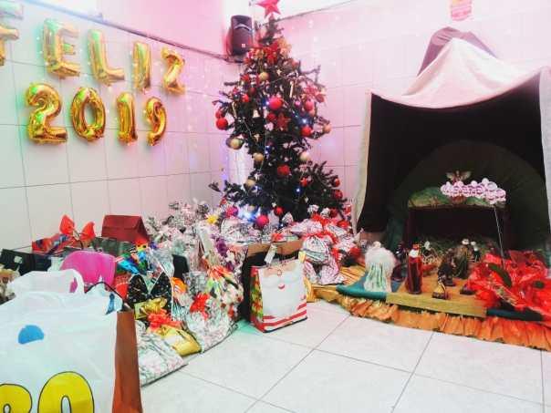 Presentes dispostos ao pé da Árvore de Natal