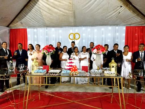 recém-casados na mesa de doces