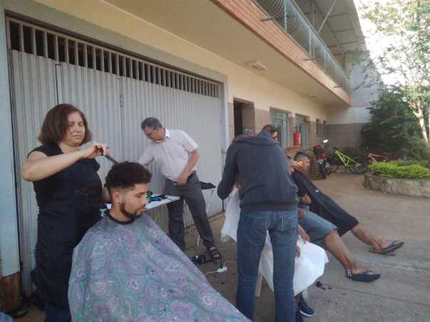 Voluntários cortam cabelo da população de rua