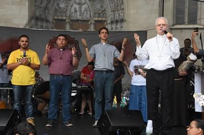 Padres abençoam a ceia na Praça da Sé. (Foto: William de Oliveira)