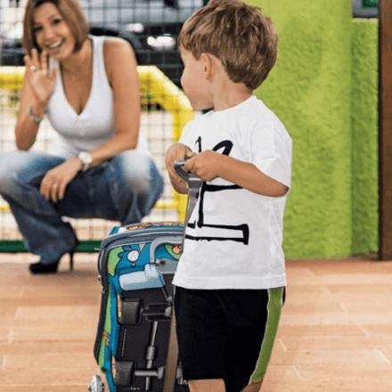 Mãe deixa o filho na escolinha e acena