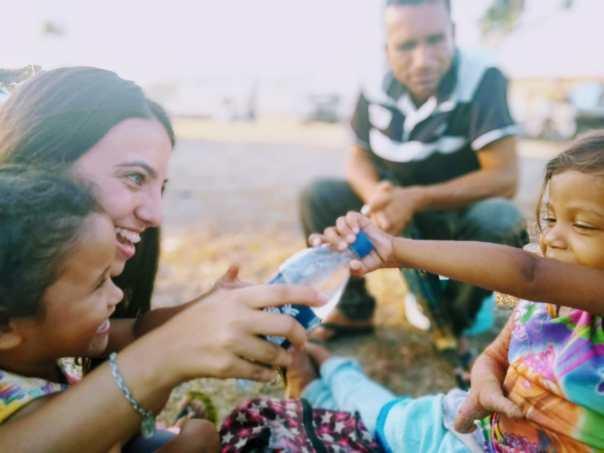 Missionária brinca com crianças venezuelanas