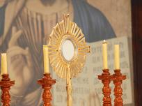 Detalhe da Eucaristia no hostensório_Festa das Tendas