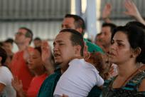 Família em momento de oração_Festa das Tendas