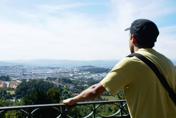 Jovem olha para o horizonte