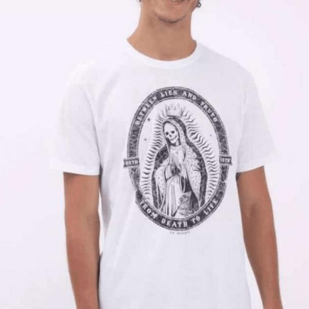 Camiseta com estampa de Nossa Senhora com aspecto cadavérico