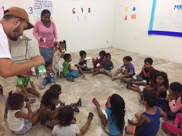 Missionários organizam brincadeiras para as crianças.