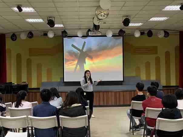 Jovem taiwanesa prega para jovens