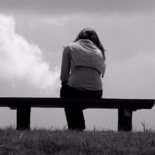 mulher sentada sozinha