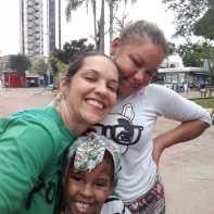 Voluntária interage com crianças de rua