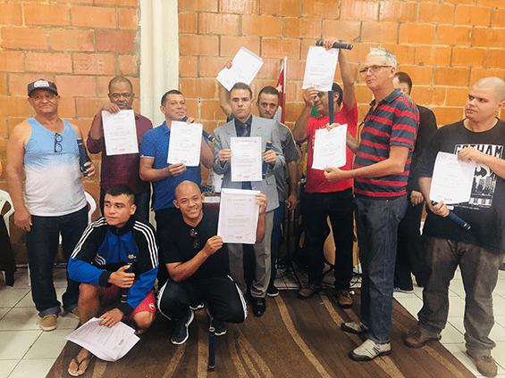 Fromandos do curso de Elétrica exibem diploma