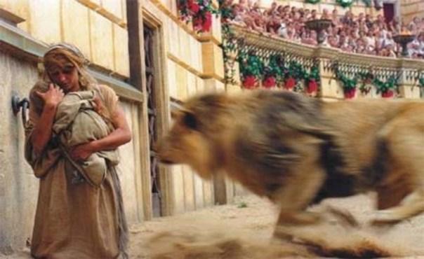 Mulher cristão com seu filho e atacada por leão