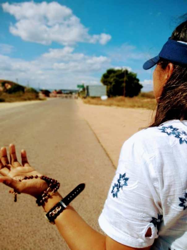 Missionária ora em frente à fronteira do Brasil com a Venezuela.