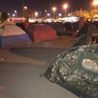 Famílias venezuelanas acampam nas praças da cidade de Boa Vista.