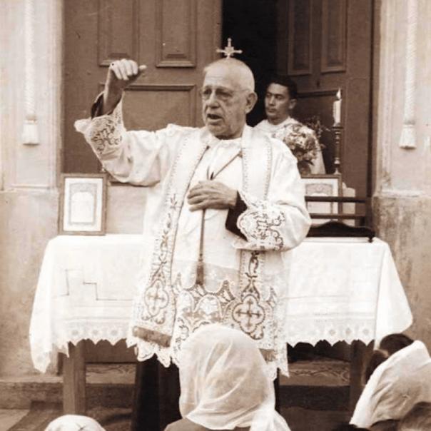 Pe. Donizetti Tavares de Lima celebra a missa na frente da Igreja
