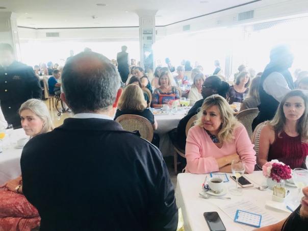 Padre João Henrique conversa com as convidadas do Chá Beneficente.