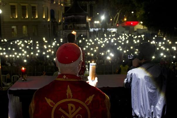 Momento iluminado por velas durante a Vigília