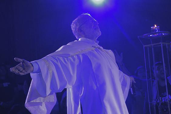 Padre João Henrique em adoração à Jesus Eucarístico.