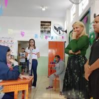 Crianças falam com primeira-dama
