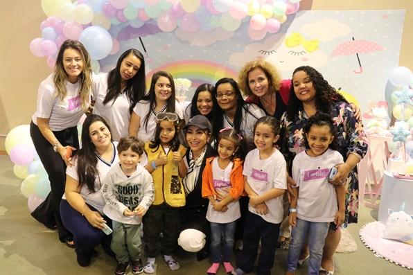 Crianças com a apresentadora Sabrina Sato