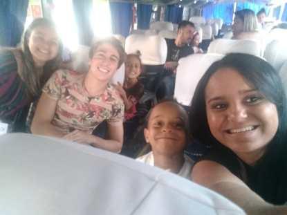 Crianças e educadores com João Quirino