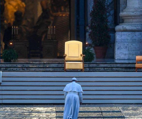 Papa anda sozinho na direção do altar na praça de São Pedro