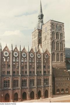 Rathäuser Kirchen Basiliken