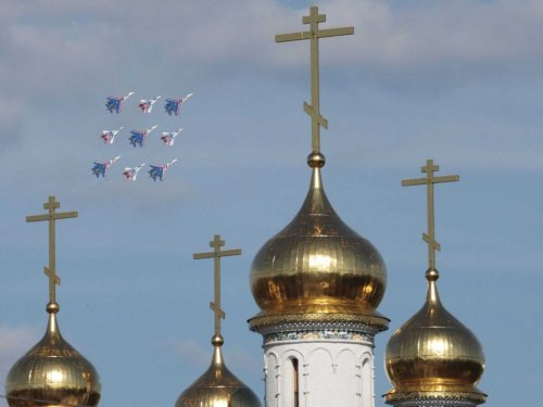 mig-29-and-sukhoi-su-27-fighter-jets-orthodoz-church-maks-russia-air-show
