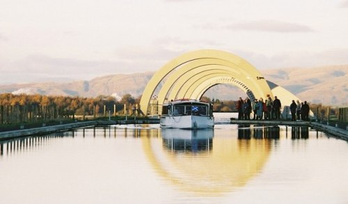 Boat_emerging_at_the_upper_level_from_the_Falkirk_Wheel_-_geograph.org.uk_-_142581