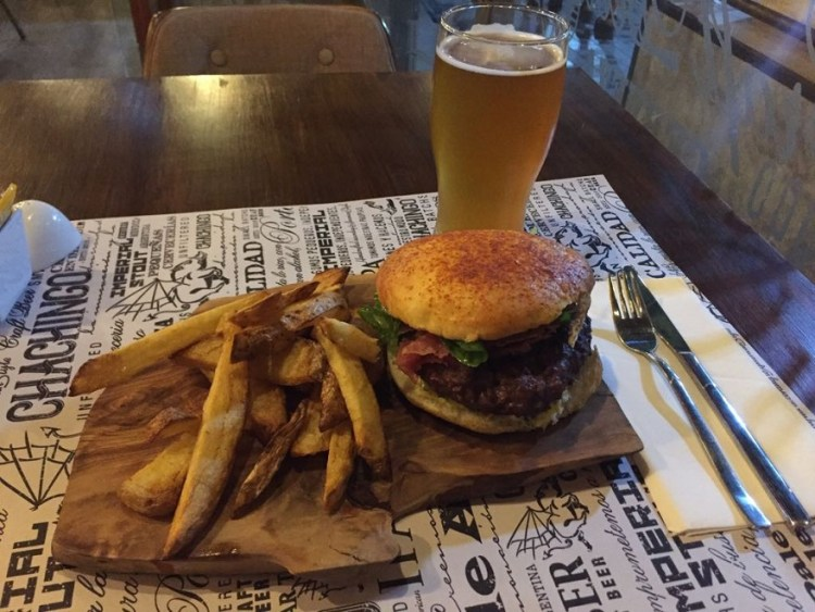 Hamburguesa de cordero en Chachingo Craft Beer