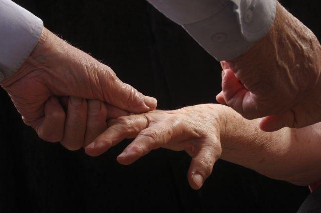 ידיים - הנחיית הכיוונים למניעת כאבי גב לפי שיטת אלכסנדר